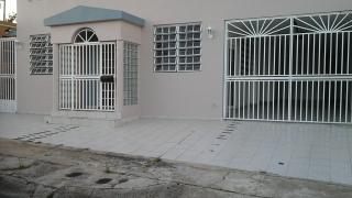 En Villa Contessa, Bayamon alquiler casa 3 cuartos y 2 baños remodelados, patio parte cemento con caseta en cemento para laundry. Casa recien pintada en buen estado. contacto Lydia Fuentes 787 786 5639