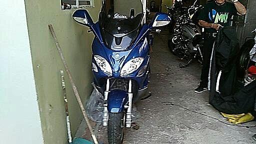 vesspa piaggio v9.500,azul con casco