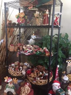 Rack negro $35.  Decoracion de Navidad Precios desde $1